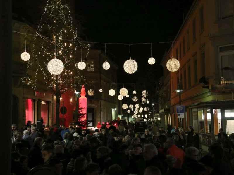 Weihnachtsbeleuchtung Xxl.Weihnachtsbeleuchtung Xxl Shopping Bis 22 Uhr Spiess Modehaus